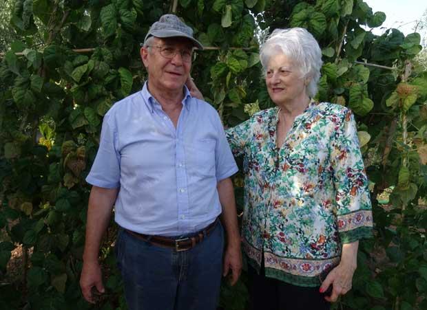 Julio y Ángeles en el huerto urbano